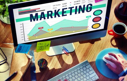 Grafika promująca wpis Marketing e-mailowy. Jak prowadzić go w firmie legalnie, aby ciągle był skuteczny? Autorstwa Ilony Przetacznik, twórczyni bloga Legalny Biznes Online.
