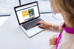 Gdzie szukać informacji prawnych? - 6 sposobów na znalezienie informacji prawnych w Internecie. Czy strony urzędowe są pomocne?Grafika ilustrująca tekst autorstwa Ilony Przetacznik, twórczyni bloga Legalny Biznes Online.