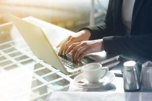 Gdzie szukać informacji prawnych? - 6 sposobów na znalezienie informacji prawnych w Internecie. Blogi prawnicze z pułapkami? Grafika ilustrująca tekst autorstwa Ilony Przetacznik, twórczyni bloga Legalny Biznes Online.
